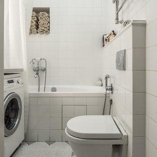 На фото: маленькие ванные комнаты в современном стиле с ванной в нише и инсталляцией