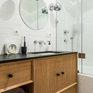 Стильный дизайн: главная ванная комната в современном стиле с фасадами с декоративным кантом, фасадами цвета дерева среднего тона, ванной в нише, душем над ванной, белой плиткой и врезной раковиной - последний тренд