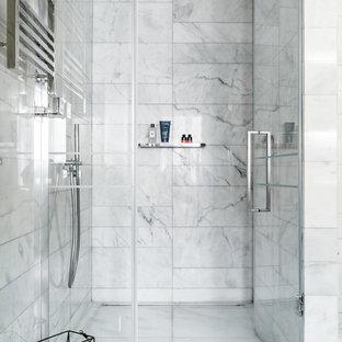 Новые идеи обустройства дома: ванная комната в современном стиле с душем в нише, белой плиткой, мраморной плиткой, мраморным полом, душевой кабиной, белым полом и душем с распашными дверями