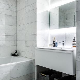 Свежая идея для дизайна: главная ванная комната в современном стиле с плоскими фасадами, белыми фасадами, ванной в нише, белой плиткой, мраморной плиткой, мраморным полом, монолитной раковиной и белым полом - отличное фото интерьера