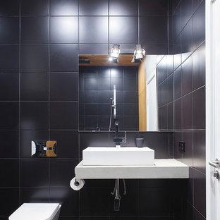 Новый формат декора квартиры: ванная комната в современном стиле с раздельным унитазом, черной плиткой и настольной раковиной