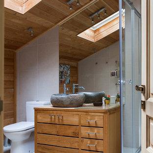 Свежая идея для дизайна: ванная комната в стиле кантри с плоскими фасадами, фасадами цвета дерева среднего тона, угловым душем, раздельным унитазом, белой плиткой, коричневыми стенами, душевой кабиной, настольной раковиной, столешницей из дерева, душем с раздвижными дверями и коричневой столешницей - отличное фото интерьера