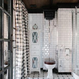 Стильный дизайн: ванная комната в стиле лофт с раздельным унитазом, белой плиткой, плиткой кабанчик, душевой кабиной, белым полом и душем с распашными дверями - последний тренд