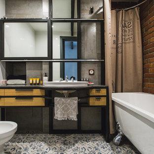 Idéer för att renovera ett industriellt en-suite badrum, med släta luckor, skåp i mellenmörkt trä, ett badkar med tassar, en bidé, vit kakel, bruna väggar, ett nedsänkt handfat och dusch med duschdraperi