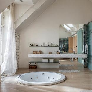 На фото: главная ванная комната в современном стиле с гидромассажной ванной, душем в нише, белыми стенами и бежевым полом с