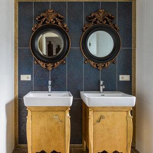 Новые идеи обустройства дома: ванная комната в классическом стиле с плоскими фасадами, желтыми фасадами, синей плиткой и белой плиткой