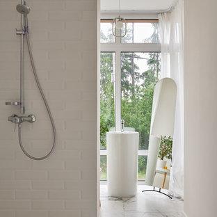 На фото: ванные комнаты в современном стиле с угловым душем, белой плиткой, белыми стенами, душевой кабиной, раковиной с пьедесталом, белым полом и открытым душем