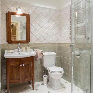 Источник вдохновения для домашнего уюта: ванная комната с фасадами островного типа, фасадами цвета дерева среднего тона, раздельным унитазом, зеленой плиткой, белой плиткой, консольной раковиной и белым полом