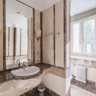 Стильный дизайн: ванная комната в классическом стиле с бежевой плиткой и накладной раковиной - последний тренд