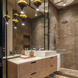 Новые идеи обустройства дома: ванная комната в современном стиле с плоскими фасадами, светлыми деревянными фасадами, душем в нише, коричневой плиткой, полом из керамогранита, душевой кабиной, настольной раковиной, столешницей из искусственного кварца, бежевым полом, белой столешницей, бежевыми стенами и открытым душем