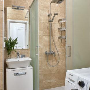 Cette photo montre une petite salle d'eau tendance avec un placard à porte plane, des portes de placard blanches, une douche d'angle, une vasque, une cabine de douche à porte coulissante, un plan de toilette blanc, un carrelage beige, un mur beige et un sol beige.
