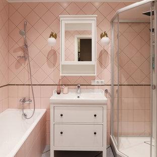 Immagine di una stanza da bagno padronale minimal di medie dimensioni con ante lisce, ante bianche, vasca ad alcova, doccia ad angolo, piastrelle rosa, piastrelle in ceramica, pavimento con piastrelle in ceramica, pavimento grigio, porta doccia scorrevole e lavabo integrato