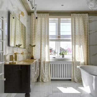 Пример оригинального дизайна: главная ванная комната в стиле неоклассика (современная классика) с отдельно стоящей ванной, белой плиткой, керамогранитной плиткой, полом из керамогранита, раковиной с несколькими смесителями, стеклянной столешницей, желтой столешницей, плоскими фасадами и белым полом