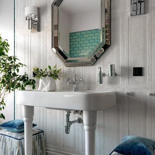 Создайте стильный интерьер: главная ванная комната среднего размера в скандинавском стиле с серой плиткой, керамической плиткой, серыми стенами, полом из керамогранита, консольной раковиной и серым полом - последний тренд