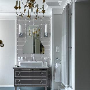 Пример оригинального дизайна: ванная комната в стиле современная классика с серыми фасадами, настольной раковиной и серым полом