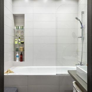 Inredning av ett modernt mellanstort grå grått en-suite badrum, med öppna hyllor, ett badkar i en alkov, vit kakel, kakelplattor, klinkergolv i keramik, träbänkskiva, grått golv, en dusch/badkar-kombination och ett fristående handfat