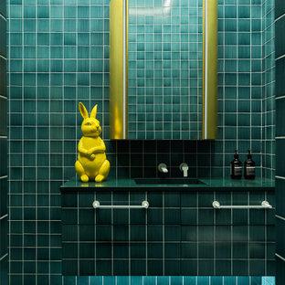 Идея дизайна: ванная комната в стиле фьюжн с плоскими фасадами, синей плиткой, врезной раковиной, бирюзовым полом, открытым душем, черной столешницей, тумбой под одну раковину и подвесной тумбой