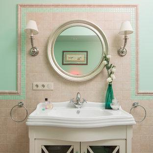 Неиссякаемый источник вдохновения для домашнего уюта: главная ванная комната в классическом стиле с бежевой плиткой, плиткой из травертина, зелеными стенами, бежевым полом, стеклянными фасадами, белыми фасадами и монолитной раковиной