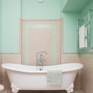 Ispirazione per una stanza da bagno padronale design con vasca con piedi a zampa di leone, piastrelle beige, piastrelle in travertino, pareti verdi e pavimento beige