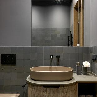 Создайте стильный интерьер: маленькая главная ванная комната в современном стиле с бежевыми фасадами, серой плиткой, серыми стенами, настольной раковиной, бежевой столешницей и плоскими фасадами - последний тренд
