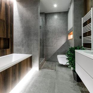 Свежая идея для дизайна: главная ванная комната в современном стиле с плоскими фасадами, белыми фасадами, ванной в нише, душем в нише, инсталляцией, коричневой плиткой, серой плиткой, врезной раковиной, серым полом, душем с распашными дверями, белой столешницей, тумбой под одну раковину, подвесной тумбой и фартуком - отличное фото интерьера