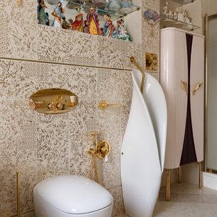 Großes Klassisches Badezimmer En Suite mit beigen Schränken, freistehender Badewanne, Eckdusche, Urinal, beigefarbenen Fliesen, Keramikfliesen, beiger Wandfarbe, Porzellan-Bodenfliesen, Trogwaschbecken, beigem Boden und Falttür-Duschabtrennung in Sankt Petersburg