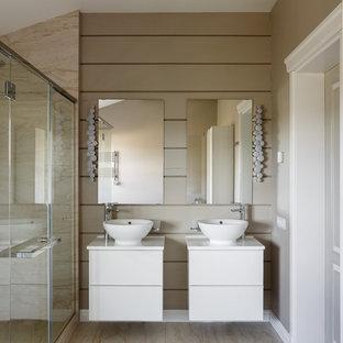 Неиссякаемый источник вдохновения для домашнего уюта: большая ванная комната в современном стиле с плоскими фасадами, белыми фасадами, двойным душем, бежевыми стенами, полом из керамогранита, настольной раковиной, столешницей из искусственного камня, бежевым полом, душем с распашными дверями, белой столешницей и душевой кабиной