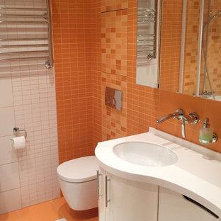 モスクワの中くらいのコンテンポラリースタイルのおしゃれなマスターバスルーム (フラットパネル扉のキャビネット、白いキャビネット、コーナー型浴槽、シャワー付き浴槽、壁掛け式トイレ、マルチカラーのタイル、セラミックタイル、マルチカラーの壁、磁器タイルの床、壁付け型シンク、人工大理石カウンター、マルチカラーの床、シャワーカーテン、白い洗面カウンター) の写真