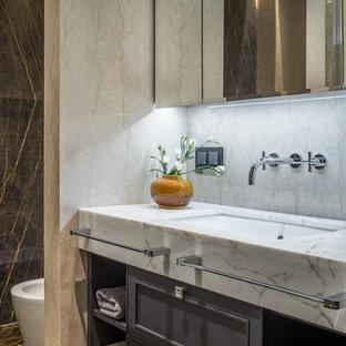 Пример оригинального дизайна: ванная комната среднего размера в стиле современная классика с бежевой плиткой, мраморной плиткой, мраморным полом, душевой кабиной, врезной раковиной, мраморной столешницей, коричневым полом, фасадами с утопленной филенкой и серыми фасадами