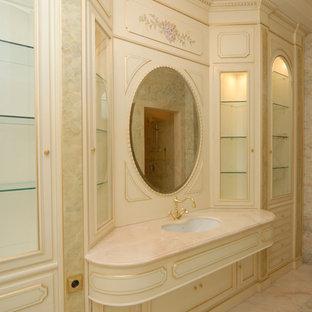 Immagine di un'ampia stanza da bagno padronale tradizionale con ante con bugna sagomata, ante beige, piastrelle beige, piastrelle di marmo, pareti rosa, pavimento in marmo, lavabo sottopiano, top in onice, pavimento rosa e top rosa