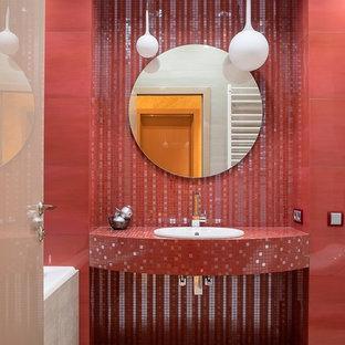 Modern inredning av ett röd rött badrum, med röd kakel, mosaik, ett nedsänkt handfat, kaklad bänkskiva och beiget golv