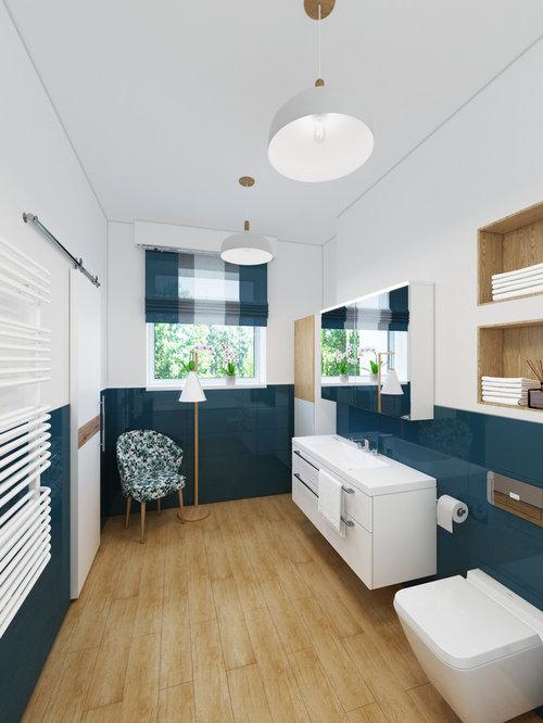 Mittelgroßes Nordisches Badezimmer Mit Flächenbündigen Schrankfronten,  Weißen Schränken, Wandtoilette Mit Spülkasten, Blauen Fliesen