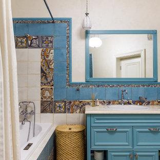 Ispirazione per una stanza da bagno padronale mediterranea con ante turchesi, piastrelle multicolore, pareti beige, lavabo da incasso, pavimento beige e top beige