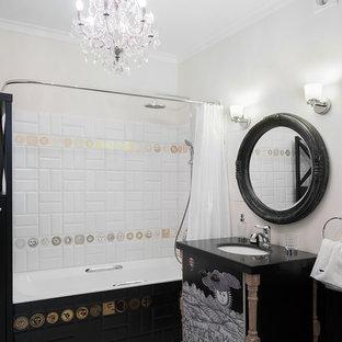 Создайте стильный интерьер: главная ванная комната в стиле фьюжн с душем над ванной, белой плиткой, белыми стенами, врезной раковиной, шторкой для душа, черной столешницей, белым полом и полновстраиваемой ванной - последний тренд