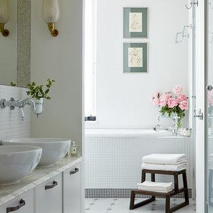 Неиссякаемый источник вдохновения для домашнего уюта: главная ванная комната в стиле современная классика с фасадами с декоративным кантом, белыми фасадами, ванной в нише, белой плиткой, плиткой мозаикой, белыми стенами, настольной раковиной, разноцветным полом и серой столешницей