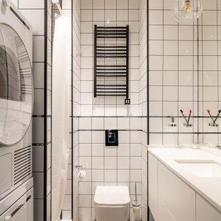 Неиссякаемый источник вдохновения для домашнего уюта: ванная комната в скандинавском стиле с плоскими фасадами, белыми фасадами, душем в нише, инсталляцией, белой плиткой, душевой кабиной, врезной раковиной, серым полом, шторкой для душа, белой столешницей, унитазом и тумбой под одну раковину