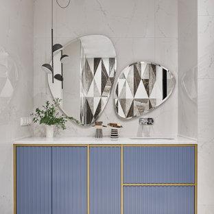 Источник вдохновения для домашнего уюта: ванная комната среднего размера в современном стиле с фиолетовыми фасадами, белой плиткой, белыми стенами, врезной раковиной, белым полом, белой столешницей, тумбой под одну раковину и встроенной тумбой