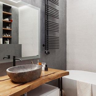 Свежая идея для дизайна: ванная комната в современном стиле с плоскими фасадами, белыми фасадами, отдельно стоящей ванной, белой плиткой, серыми стенами, светлым паркетным полом, настольной раковиной, столешницей из дерева, бежевым полом и коричневой столешницей - отличное фото интерьера
