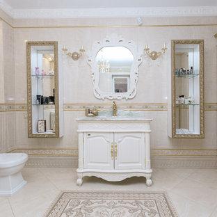 Idee per una grande stanza da bagno padronale tradizionale con ante con bugna sagomata, ante bianche, vasca ad angolo, bidè, piastrelle bianche, piastrelle in ceramica, pareti bianche, pavimento con piastrelle in ceramica, lavabo da incasso, top in marmo, pavimento beige e top verde