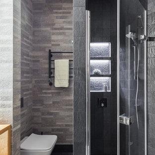 Источник вдохновения для домашнего уюта: маленькая ванная комната в современном стиле с душем в нише, инсталляцией, серой плиткой, керамогранитной плиткой, полом из керамогранита, душевой кабиной, черным полом и душем с распашными дверями