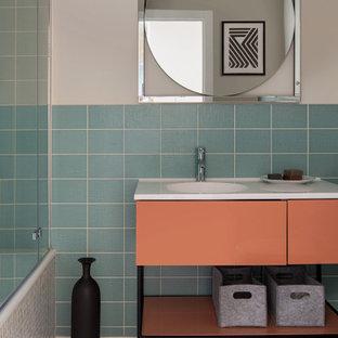 Неиссякаемый источник вдохновения для домашнего уюта: главная ванная комната среднего размера в стиле фьюжн с плоскими фасадами, оранжевыми фасадами, ванной в нише, инсталляцией, керамической плиткой, бежевыми стенами, полом из цементной плитки, столешницей из искусственного камня, разноцветным полом и белой столешницей