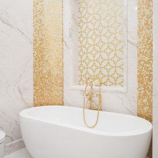 Неиссякаемый источник вдохновения для домашнего уюта: главная ванная комната в стиле современная классика с отдельно стоящей ванной, белой плиткой, желтой плиткой, мраморной плиткой, мраморным полом и белым полом