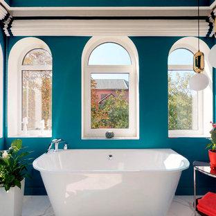 Неиссякаемый источник вдохновения для домашнего уюта: главная ванная комната в средиземноморском стиле с синими стенами, белым полом и отдельно стоящей ванной