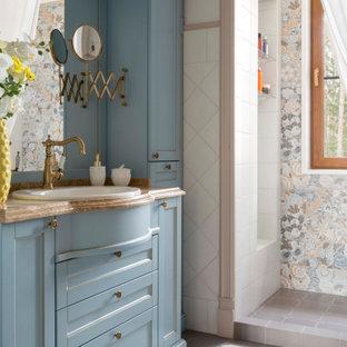 Стильный дизайн: ванная комната в классическом стиле с фасадами в стиле шейкер, синими фасадами, разноцветной плиткой, белыми стенами, накладной раковиной, разноцветным полом, шторкой для ванной, коричневой столешницей, тумбой под одну раковину и встроенной тумбой - последний тренд