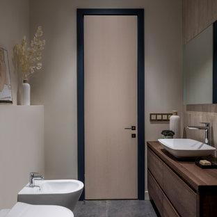 Свежая идея для дизайна: маленькая ванная комната в современном стиле с фасадами цвета дерева среднего тона, коричневой столешницей, плоскими фасадами, настольной раковиной и серым полом - отличное фото интерьера