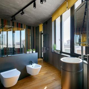 На фото: главная ванная комната в современном стиле с душем без бортиков, серыми стенами, коричневым полом, отдельно стоящей ванной, биде, паркетным полом среднего тона, раковиной с пьедесталом и открытым душем с