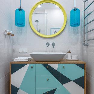 Пример оригинального дизайна: ванная комната в современном стиле с плоскими фасадами, бирюзовыми фасадами, белой плиткой, настольной раковиной, столешницей из дерева, коричневым полом и коричневой столешницей