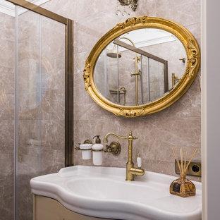 На фото: ванная комната в классическом стиле с фасадами с утопленной филенкой, бежевыми фасадами, бежевой плиткой, душевой кабиной и монолитной раковиной с