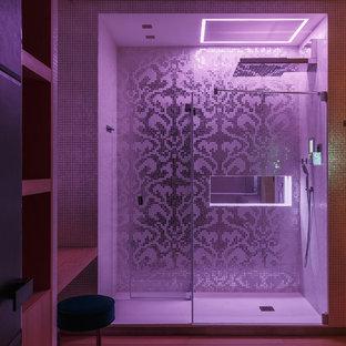 Ispirazione per una grande stanza da bagno con doccia minimal con doccia alcova, parquet chiaro e porta doccia scorrevole