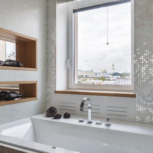 На фото: большая главная ванная комната в современном стиле с плиткой мозаикой, накладной ванной и белой плиткой с